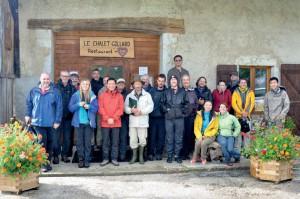 La visite de terrain jurassienne du GES-10 devant une auberge à Reculfoz, près de Mouthe (Doubs)